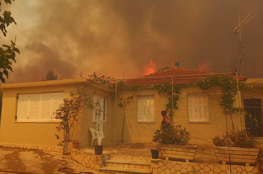 Κόλαση στη Ζάκυνθο: Η φωτιά έφτασε στα πρώτα σπίτια – Εκκενώθηκε το χωριό Κερί