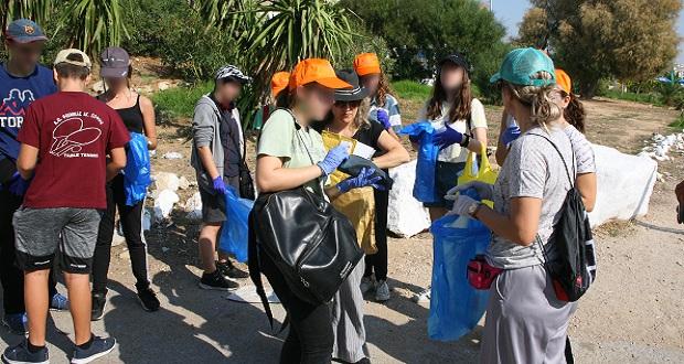 Εθελοντικός καθαρισμός στην παραλία της Φρεαττύδας από μαθητές του Ζαννείου Πειραματικού Λυκείου Πειραιά