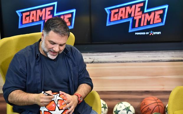 O Γρηγόρης Αρναούτογλου σε μια εμφάνιση-έκπληξη – Ο παρουσιαστής δείχνει τις ποδοσφαιρικές του γνώσεις στο Game Time του ΟΠΑΠ