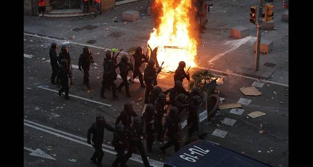 Εικόνες χάους στη Βαρκελώνη: Συγκρούσεις διαδηλωτών με την αστυνομία (εικόνες)