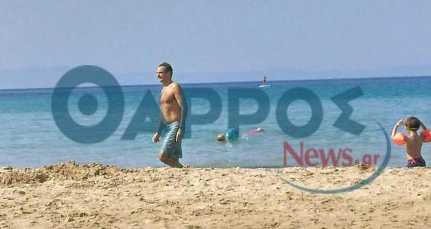 Το καλοκαίρι συνεχίζεται για τον πρωθυπουργό στην παραλία της Καλογριάς