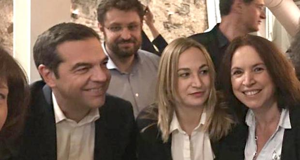 Χαλαρό ποτό και… selfies για Τσίπρα με νέους βουλευτές