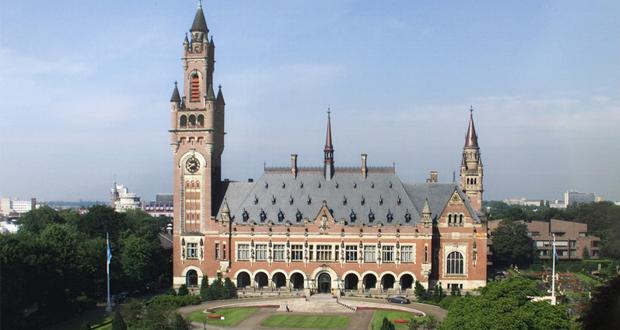 Με ποια βαλίτσα πάνε για τη Χάγη;