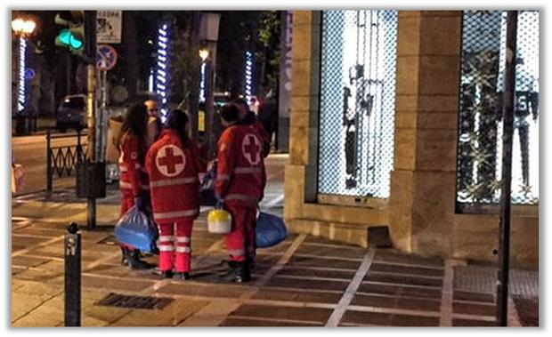 Ο Ελληνικός Ερυθρός Σταυρός αγκαλιάζει τους άστεγους στο κέντρο της Αθήνας