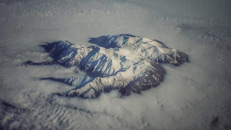 Ο χιονισμένος Όλυμπος πάνω από τα σύννεφα
