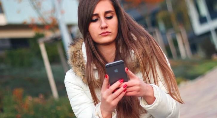 Πώς εκδηλώνεται το «αυχενικό σύνδρομο του κινητού»
