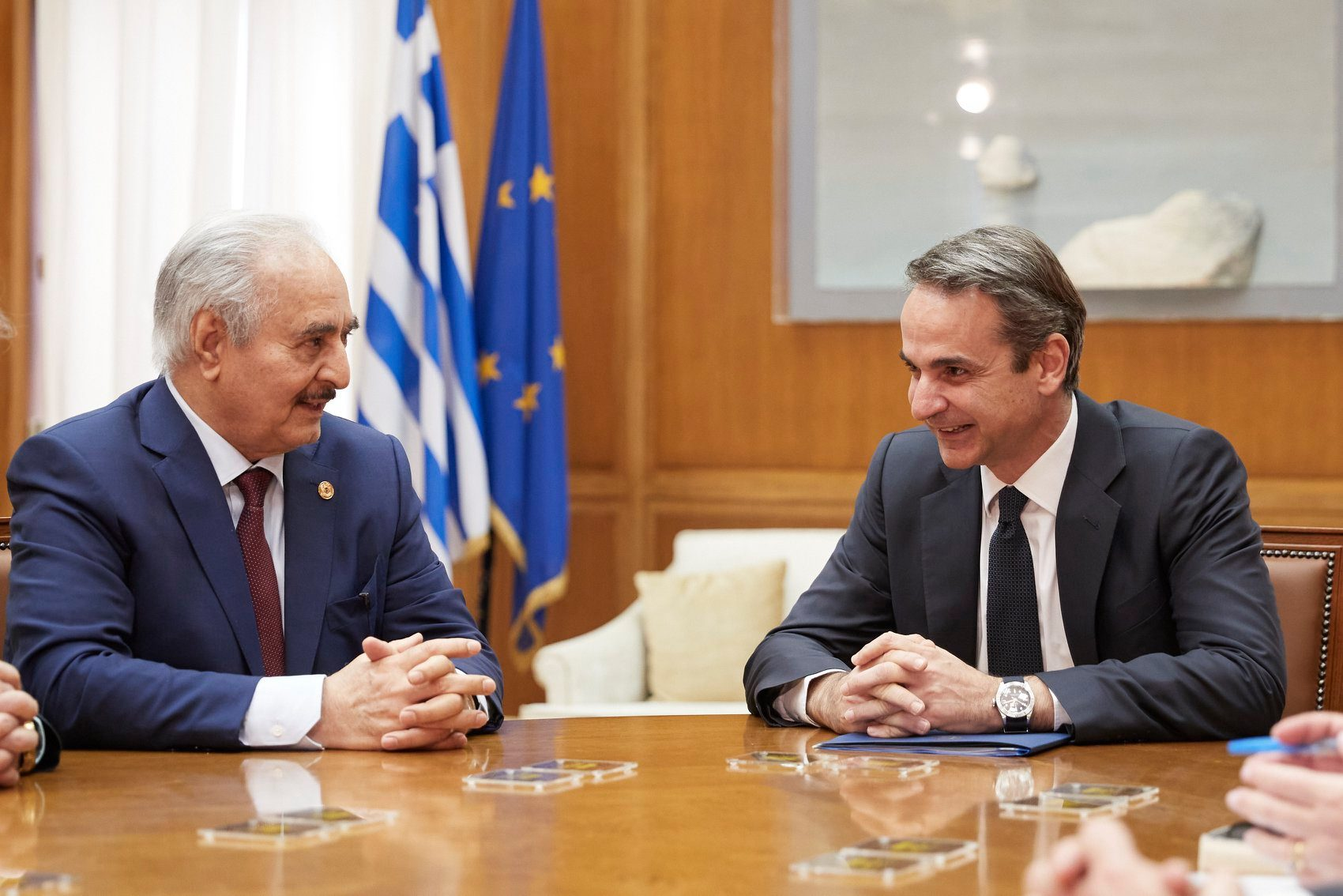 Τι ειπώθηκε στη συνάντηση του πρωθυπουργού με τον στρ. Χάφταρ – Εκνευρισμένος ο Ερντογάν για την επίσκεψη – Bloomberg: Κίνδυνος για θερμό επεισόδιο