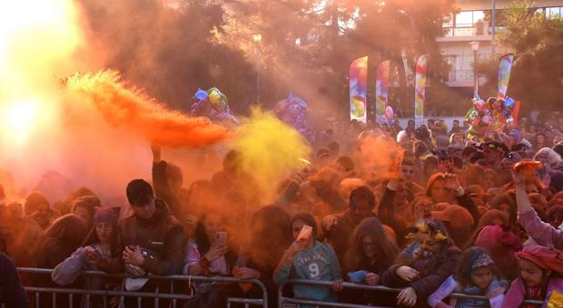 Ξέφρενο Καρναβάλι στο Μοσχάτο – Kέφι με χιλιάδες Καρναβαλιστές (εικόνες- video)