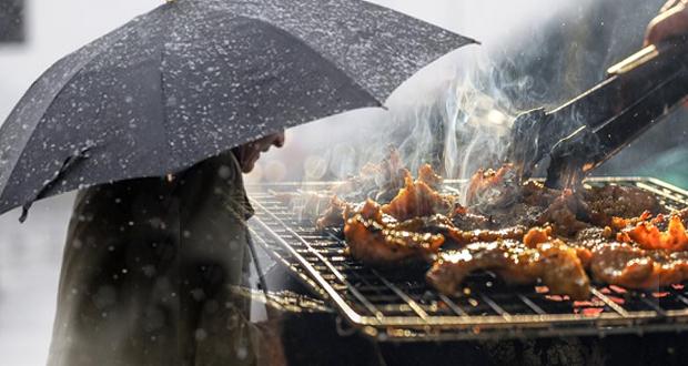 Τσίκνισμα κάτω από ομπρέλες – Βροχερός αναμένεται ο καιρός την Πέμπτη