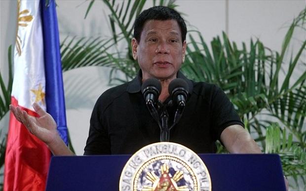 Αφού δεν μπόρεσε να «εκτελέσει» τον ιό και να τον εμποδίσει να εξαπλωθεί στη χώρα, είπε να αρχίσει να εκτελεί τους Φιλιππινέζους