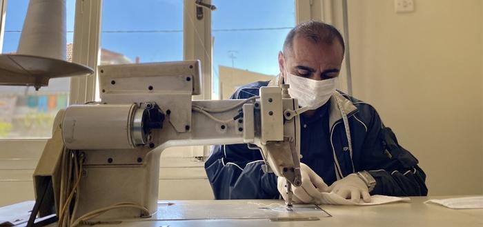 Τρίκαλα Covid-19: Πρόσφυγας ράβει μάσκες υπέρ της αλληλεγγύης