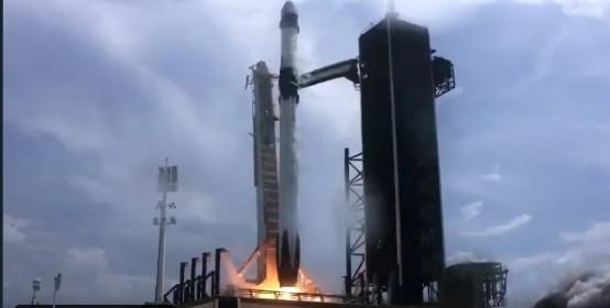 Στο διάστημα η ιστορική επανδρωμένη αποστολή της SpaceX