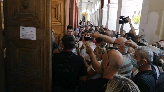 Πάτρα: Συνωστισμός έξω από το Δημοτικό Θέατρο «Απόλλων» για ένα εισιτήριο