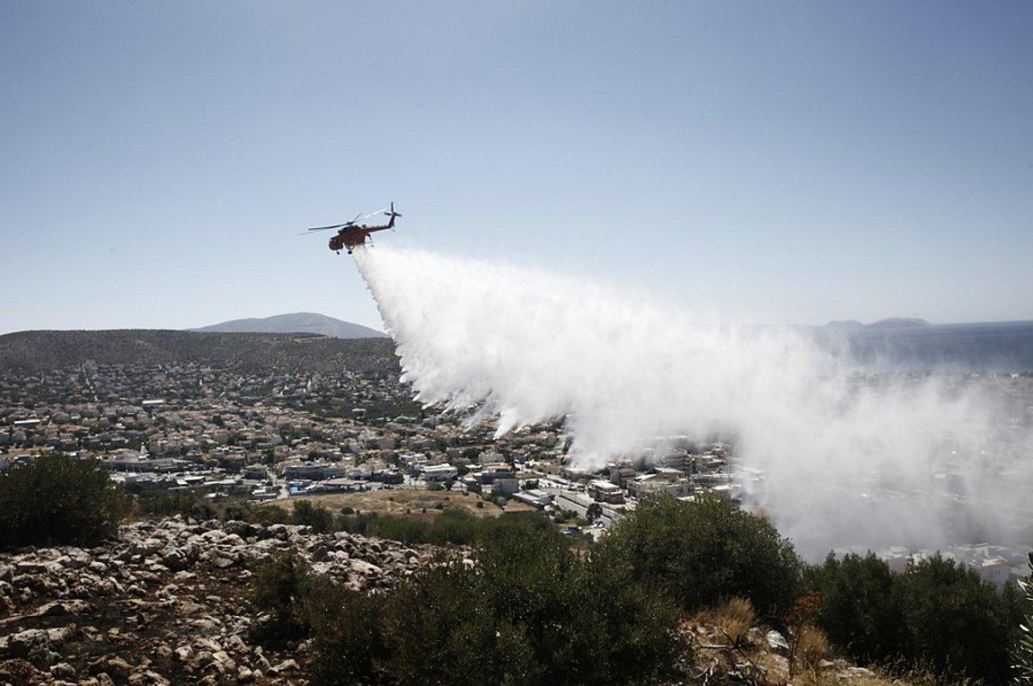 Σε ύφεση η πυρκαγιά στην περιοχή της Βάρης–Κορωπίου