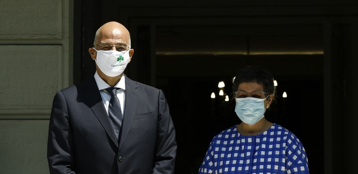 VIRAL: Ο Νίκος Δένδιας φόρεσε μάσκα του Παναθηναϊκού για να υποδεχθεί την Ισπανίδα ΥΠΕΞ
