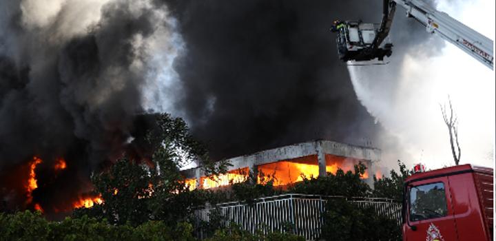Μαίνεται η μεγάλη φωτιά σε εργοστάσιο στη Μεταμόρφωση – Οι καπνοί «έπνιξαν» την Αθήνα – Κλειστή η Αθηνών-Λαμίας