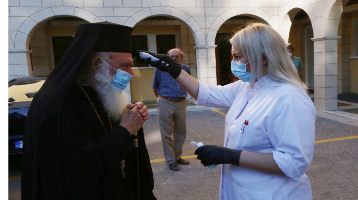Με μάσκα έφθασε στο Συνοδικό Μέγαρο ο Αρχιεπίσκοπος