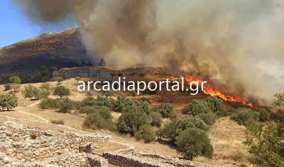 Φωτιά στις Μυκήνες – Εκκενώνεται προληπτικά ο αρχαιολογικός χώρος