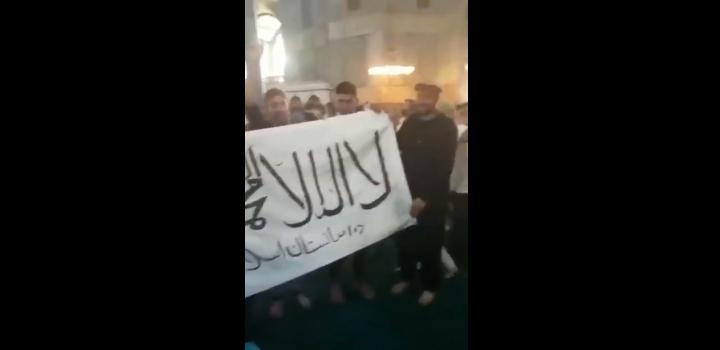 """Νέα βεβήλωση στην Αγία Σοφία: Αφγανοί άνοιξαν πανό των Ταλιμπάν και φώναζαν """"Αλάχου Άκμπαρ"""" (videos)"""
