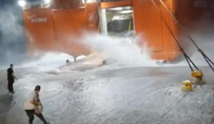 Μάχη με τα κύματα από το «Διονύσιος Σολωμός» για να δέσει στη Σίκινο (video)