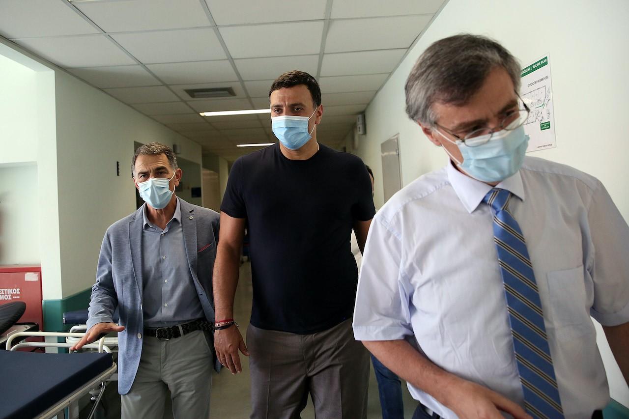 Τη νοσηλεύτρια που δέχτηκε επίθεση στο ΠΓΝ «Αττικόν» επισκέφθηκε ο Βασίλης Κικίλιας