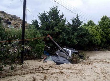 Βομβαρδισμένο τοπίο η Κρήτη από την κακοκαιρία