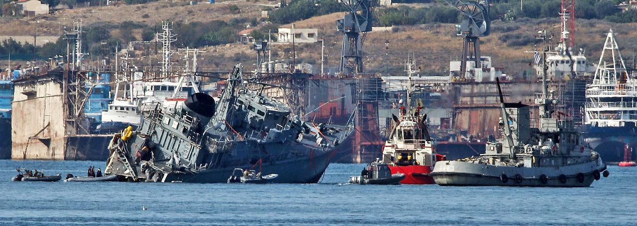 Αποκαλυπτικές φωτό: Το τεράστιο εμπορικό πλοίο έκοψε στα δύο το ναρκοθηρευτικό «Καλλιστώ»