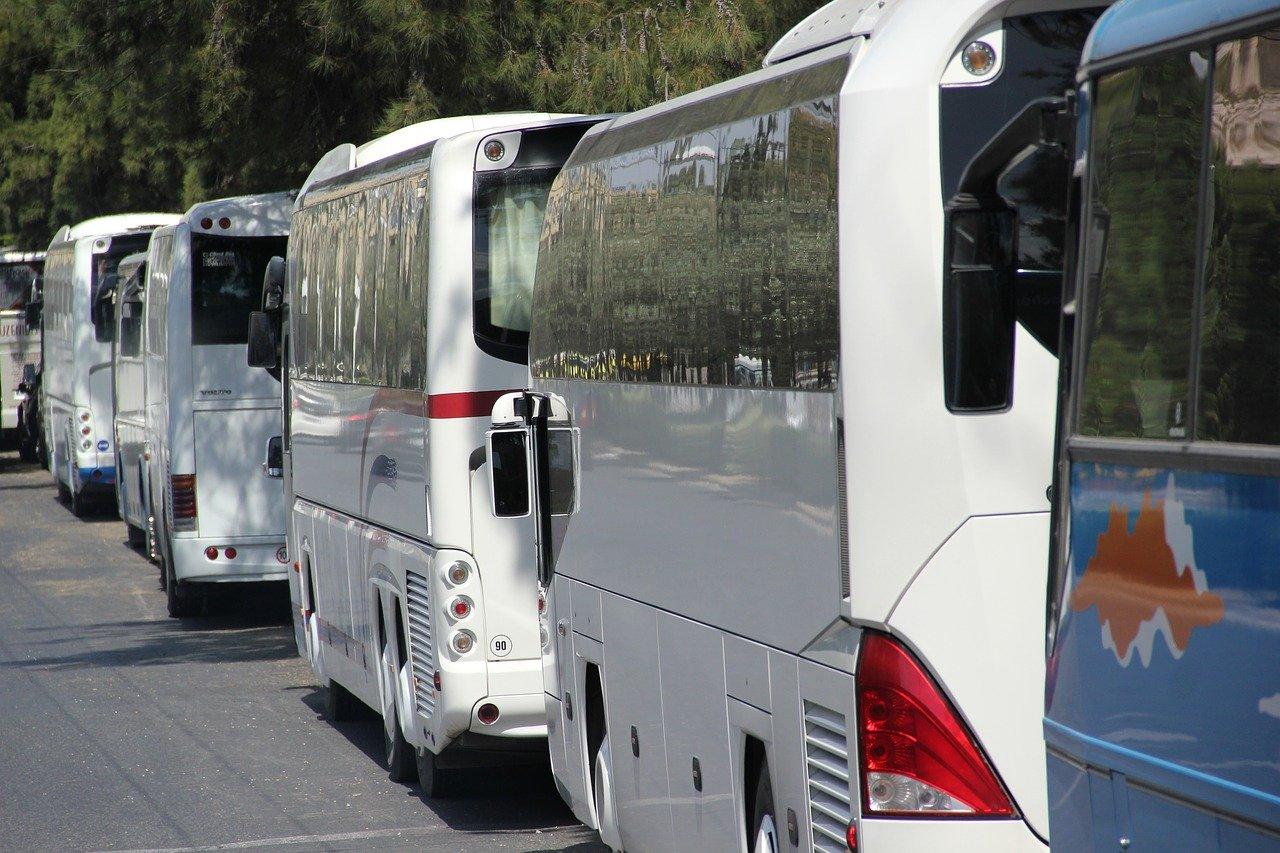 ΣΥΡΙΖΑ: «Εξαιρείται η πλειοψηφία των τουριστικών λεωφορείων από τα μέτρα ενίσχυσης του Υπουργείου Τουρισμού»