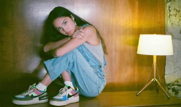"Olivia Rodrigo: Η 17χρονη τραγουδίστρια και στιχουργός κυκλοφορεί το ντεμπούτο της single με τίτλο ""drivers license"""