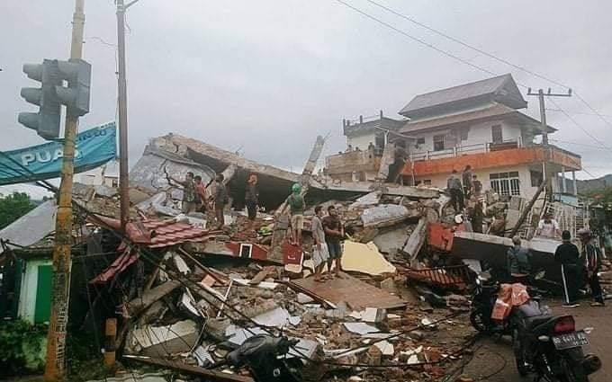 Σεισμός στην Ινδονησία: Αγωνιώδεις προσπάθειες για επιζώντες στα συντρίμμια