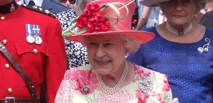 Η βασίλισσα Ελισάβετ συμβουλεύει: Κάντε το εμβόλιο