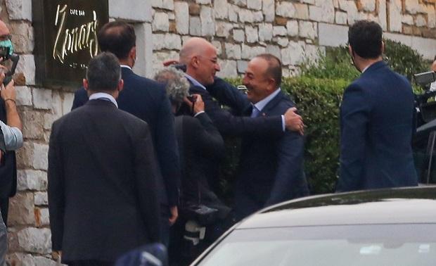 Ξαφνικά αγάπες και αγκαλιές με τον Ερντογάν;