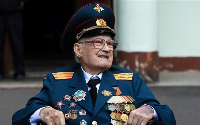 «Νίκησα ξανά τον θάνατο στα 102 μου» λέει Ρώσος βετεράνος που θεραπεύτηκε από την covid-19
