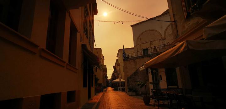 Σύννεφα καπνού από την Αττική κάλυψαν τον ουρανό του Ναυπλίου (φωτο)