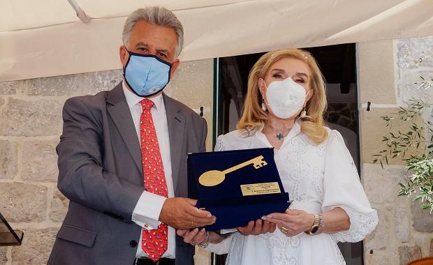 Απονομή του Χρυσού Κλειδιού του Δήμου Ερμιονίδας στην κυρία Μαριάννα Βαρδή Βαρδινογιάννη