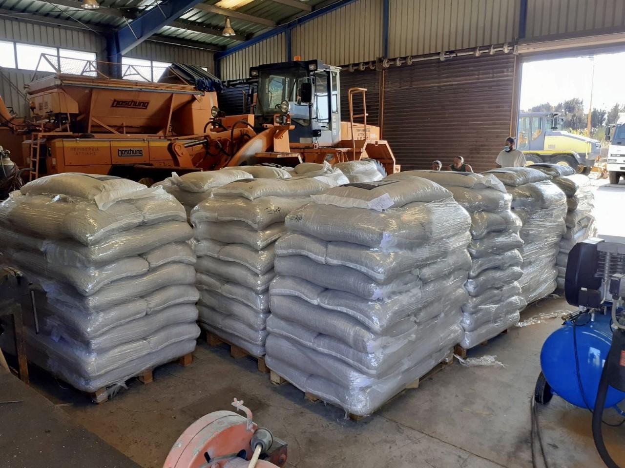 Διανομή 13 τόνων ζωοτροφών στους πληγέντες κτηνοτρόφους της Ανατολικής Αττικής από την Περιφέρεια Αττικής