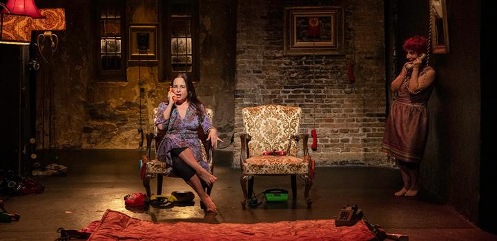 """Θέατρο Φούρνος: """"ΟΙ ΦΑΡΣΕΣ"""", μια κωμωδία με δύο γυναίκες περιτριγυρισμένες από τηλεφωνικές συσκευές…"""