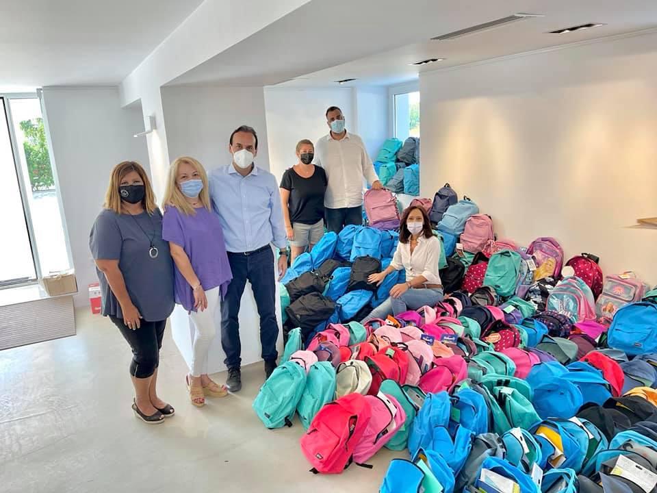Οι Γλυφαδιώτες γέμισαν 600 άδειες σχολικές τσάντες μαθητών